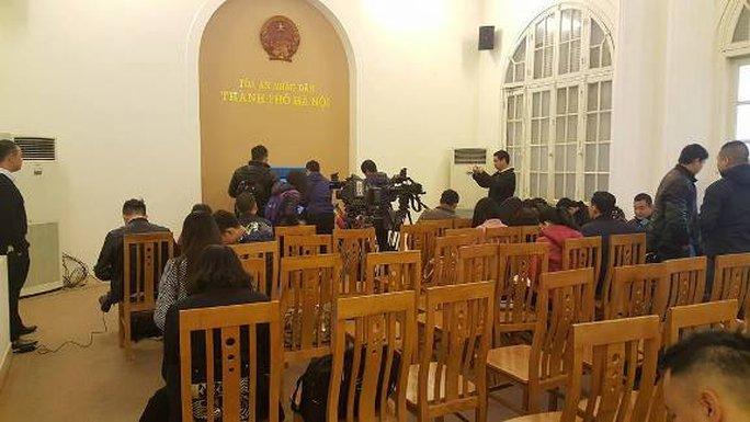 Các phóng viên báo chí tác nghiệp tại một phòng khác