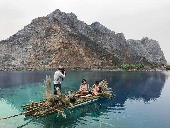 Ra giữa hồ nước sâu chụp ảnh bất chấp nguy hiểm