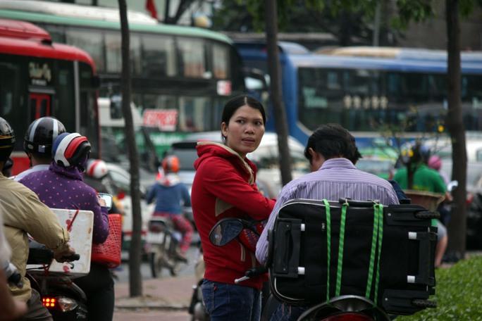 Mặc dù chỉ cách Bến xe Miền Đông khoảng 100 m nhưng người đi xe máy phải dựng xe vào lề chờ bớt kẹt xe.