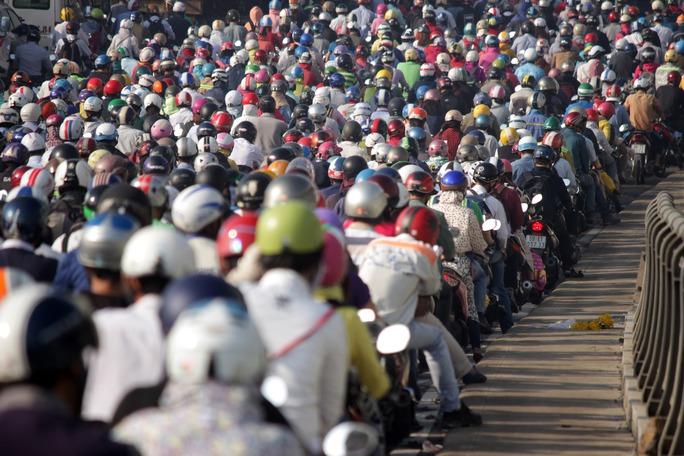 Khoảng 30 phút sau, người dân đổ về xa lộ Hà Nội ngày càng nhiều, khiến cầu Rạch Chiếc hướng về trung tâm kẹt cứng. Có những thời điểm xe cộ chôn chân gần 10 phút trên cầu.