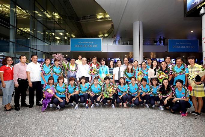 Ngày về rạng ngời của tuyển bóng đá nữ Việt Nam - Ảnh 1.