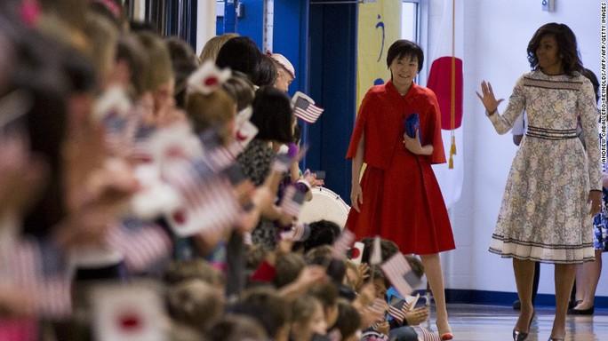 Bà Obama cùng bà Abe thăm một trường tiểu học ở Great Falls, Virginia năm 2015. Ảnh: CNN