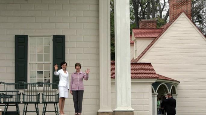 Bà Laura Bush đón tiếp bà Abe năm 2007. Ảnh: CNN