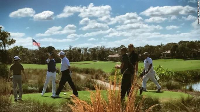 Ông Trump chơi golf cùng Thủ tướng Abe hồi tháng 2. Ảnh: Donald Trump Twitter