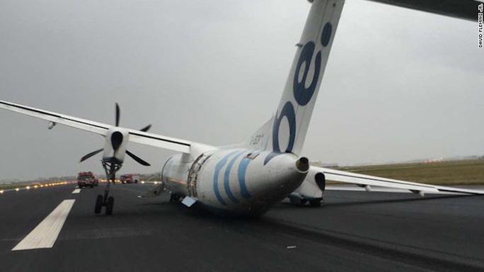 Máy bay Bombardier Dash-8 Q400 của hãng hàng không Flybe gãy càng khi hạ cánh tại Hà Lan vì gió mạnh. Ảnh: Independent