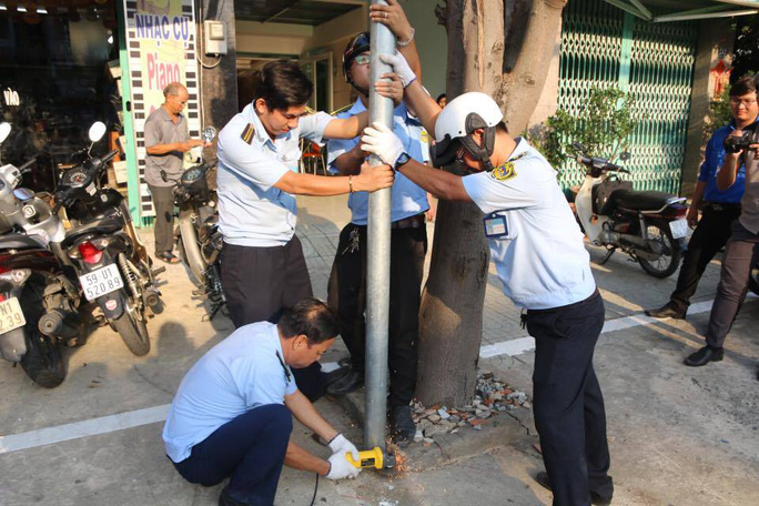 Lực lượng chức năng đang dỡ bỏ các công trình lấn chiếm trên đường Tên Lửa, phường Bình Hưng Hòa B, quận Bình Tân, TP HCM