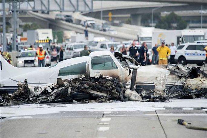 Mỹ: Máy bay bất ngờ lao xuống đường cao tốc - Ảnh 1.