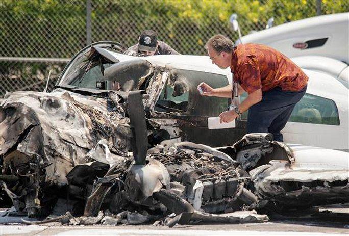 Mỹ: Máy bay bất ngờ lao xuống đường cao tốc - Ảnh 2.