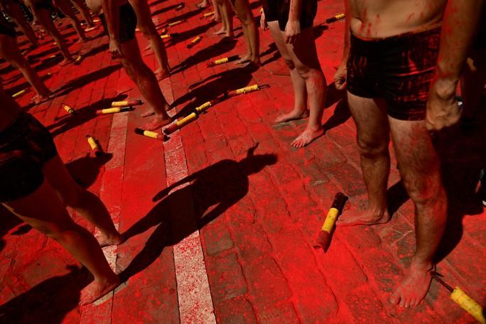 Ngực trần bảo vệ bò tót tại Tây Ban Nha - Ảnh 3.