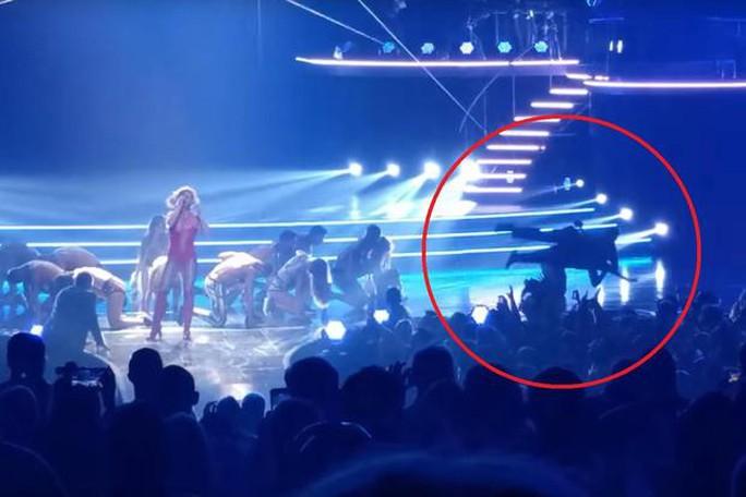 Britney Spears kinh hoàng khi fan cuồng lao lên sân khấu - Ảnh 1.