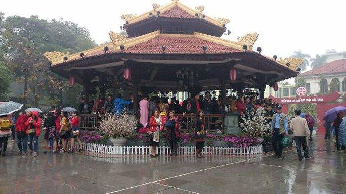 Người dân tập trung tại khu vực nhà kèn để xem những tiết mục ca nhạc truyền thống Việt Nam - Nhật Bản