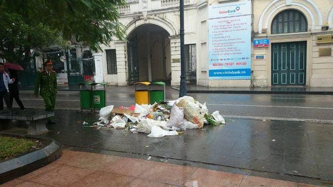 Tuy nhiên, vẫn còn những hình ảnh không đẹp: ngay cạnh triển lãm hoa là một đống rác rất lớn