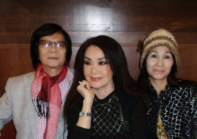 Danh ca Minh Cảnh và vợ chụp ảnh lưu niệm với NSƯT Mỹ Châu