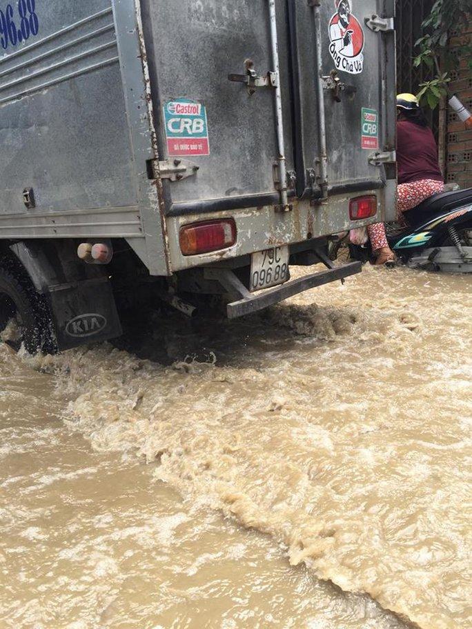 Người dân khổ sở trong cảnh ngập nước