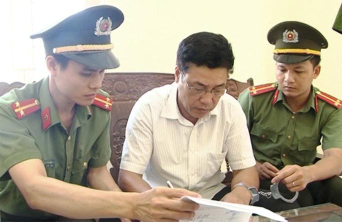 Cơ quan an ninh bắt Phó chủ tịch xã lập hồ sơ khống - Ảnh 1.