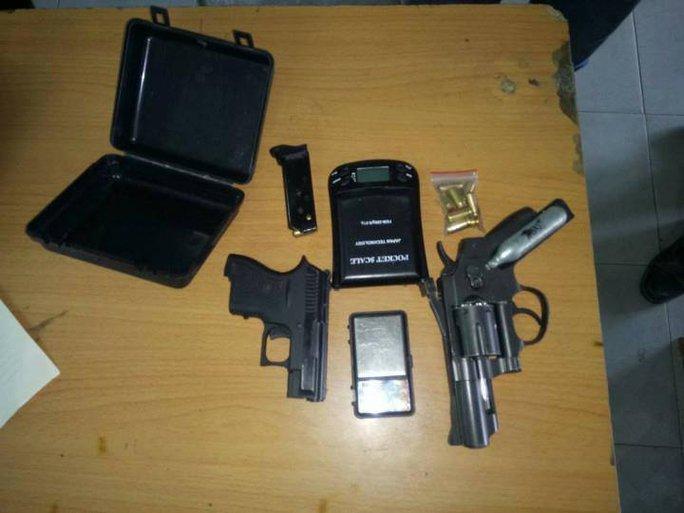 Hai khẩu súng ngắn và đạn mà công an thu giữ từ trùm ma túy