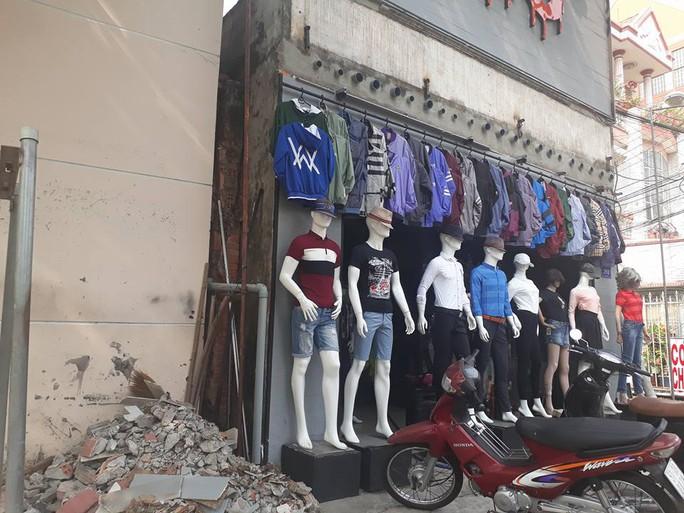 Một cửa hàng quần áo đã dọn xong phần mặt tiền lấn chiếm vỉa hè