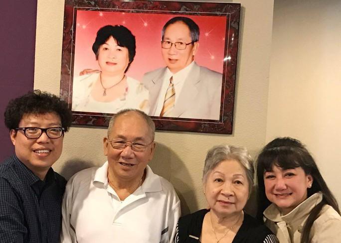 NSƯT Thanh Thanh Tâm và vợ chồng NS Thanh Hùng chụp ảnh với tác giả tại nhà NS Thanh Hùng