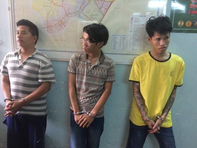 Đỗ Trường Giang, Nguyễn Thanh Bình và Nguyễn Đại Lâm (từ trái sang phải) tại trụ sở công an