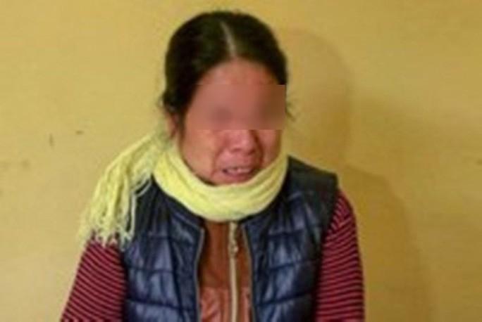 """Bảo mẫu """"tra tấn"""" bé 2 tháng bật khóc, chồng xin tha thứ - Ảnh 1."""