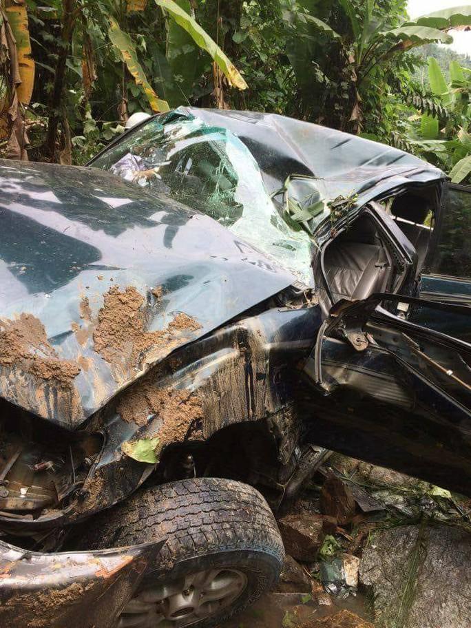 Chiếc ô tô lao xuống vực sâu khoảng 20 m Ảnh: CTV