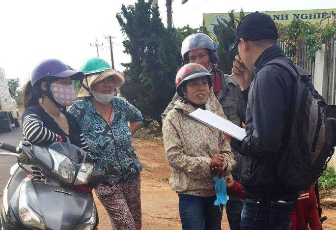 Một số người dânđang trao đổi vụ việc với phóng viên