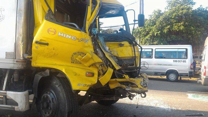 Một trong những xe tải hư hại nặng, đầu biến dạng