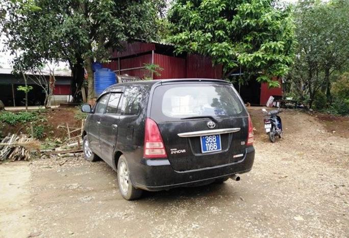 Chiếc xe biển xanh thuộc sự quản lý vủa UBND huyện Thạch Thành (Thanh Hóa), xuất hiện tại Khu di tích Đền Nưa - Am Tiên sáng ngày 13-4