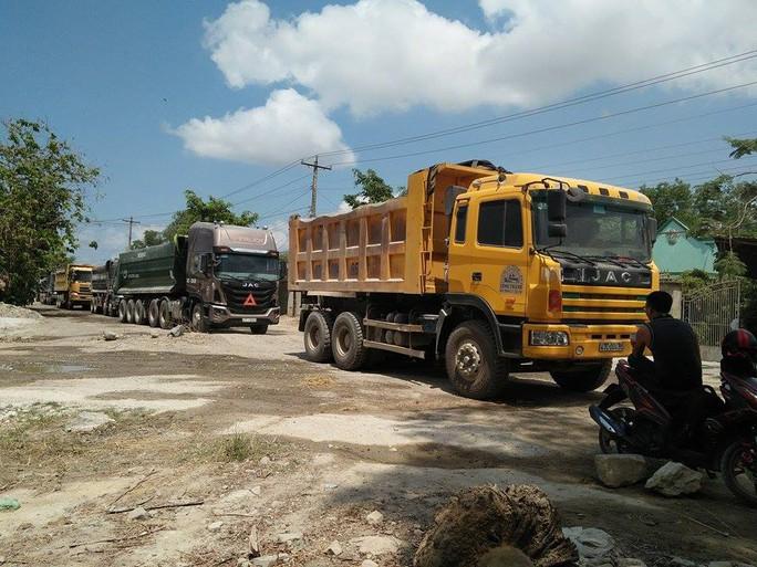 Các xe tải không thể vào, ra khiến tắc đường kéo dài