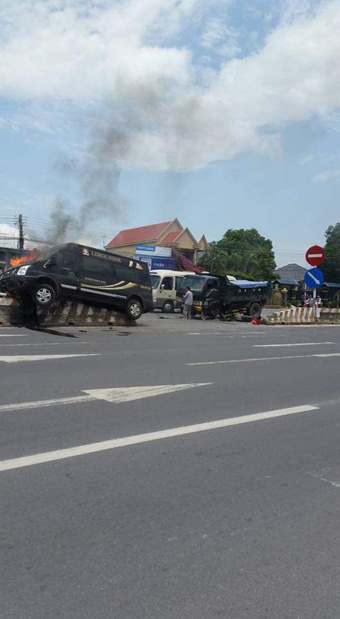 Sau cú đâm, chiếc xe khách lao lên dải phân cách bốc cháy
