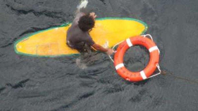 Người đàn ông may mắn được một chiếc tàu chở hàng cứu. Ảnh: Sky News