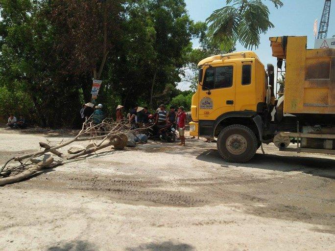 Trong 2 ngày 19 và 20-4, người dân mang đá, thân cây ngăn không cho xe lưu thông