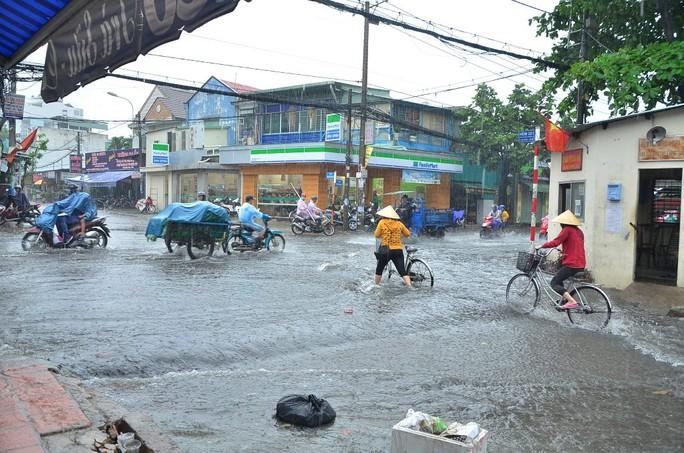 Đầu giờ chiều 23-4, mưa bất ngờ đổ xuống trên diện rộng tại TP HCM. Trong đó, một số khu vực thuộc quận 12, Tân Bình, Gò Vấp có lượng mưa khá lớn, đã gây ngập nhẹ trên vài tuyến đường