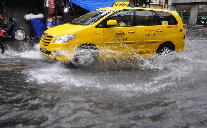 Các tuyến đường khác như Nguyễn Văn Quá, Song Hành, Tân Thới Nhất 17 (quận 12), mưa cũng gây ngập cục bộ trên nhiều đoạn, kéo dài khoảng 30 phút