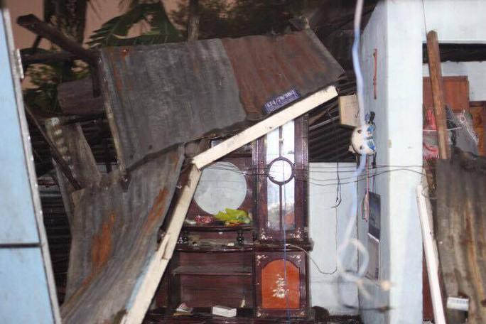 Mái tôn của một căn nhà trên đường Tô Ngọc Vân bị hư hại trong gió lớn (ảnh: CTV)