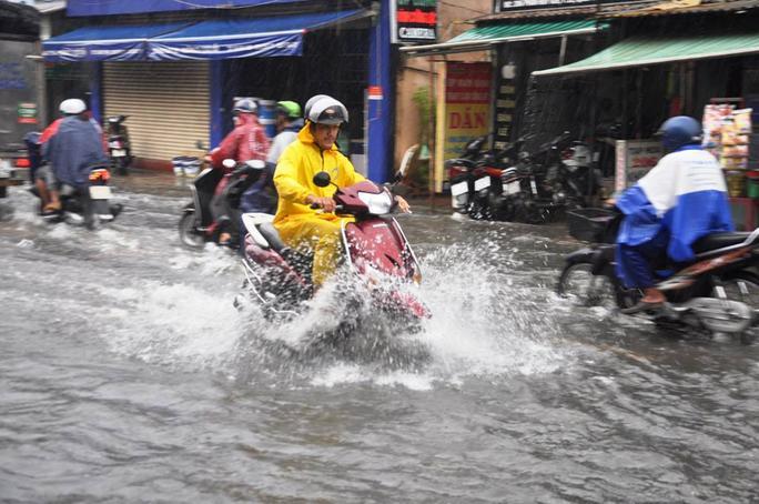 Đường Phan Huy Ích (đoạn qua quận Tân Bình và Gò Vấp), nước ngập khoảng 30 cm, kéo dài gần 1 km khiến các loại xe khi chạy qua đều khá vất vả. Một số đoạn dốc, nước chảy cuồn cuộn cuốn theo nhiều rác thải