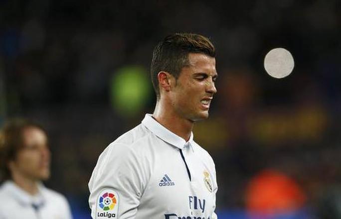 """Thua siêu kinh điển, Ronaldo """"trút giận"""" lên bạn gái"""
