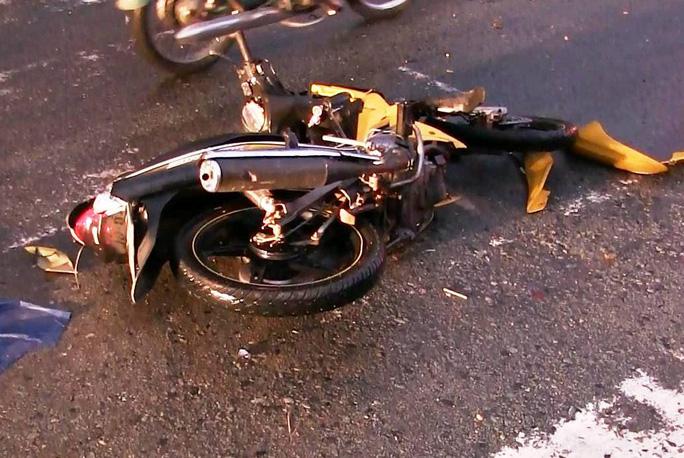 Chiếc xe máy do người đàn ông chở vợ và con nhỏ bị xe đầu kéo cán nát