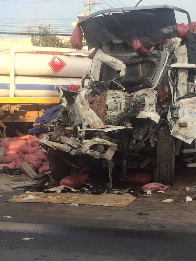 Va chạm kinh hoàng giữa xe đầu kéo và xe tải, 2 người chết - Ảnh 3.