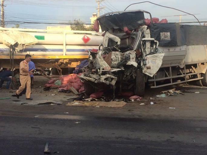 Va chạm kinh hoàng giữa xe đầu kéo và xe tải, 2 người chết - Ảnh 1.
