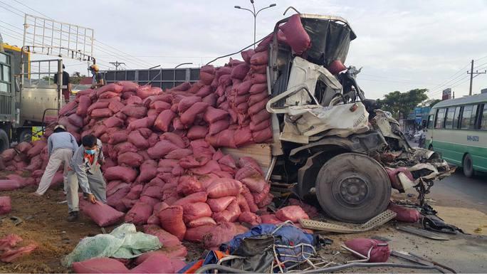 Va chạm kinh hoàng giữa xe đầu kéo và xe tải, 2 người chết - Ảnh 2.