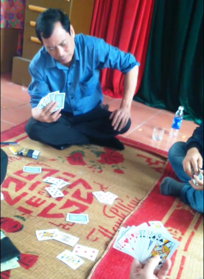 Clip giám đốc bệnh viện mặc blouse trắng đánh bài ăn tiền - Ảnh 3.
