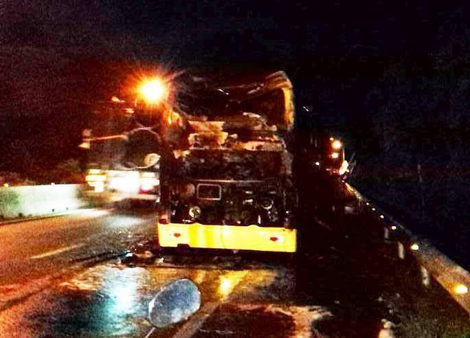 Cháy xe giường nằm dữ dội ở Nha Trang - Ảnh 2.