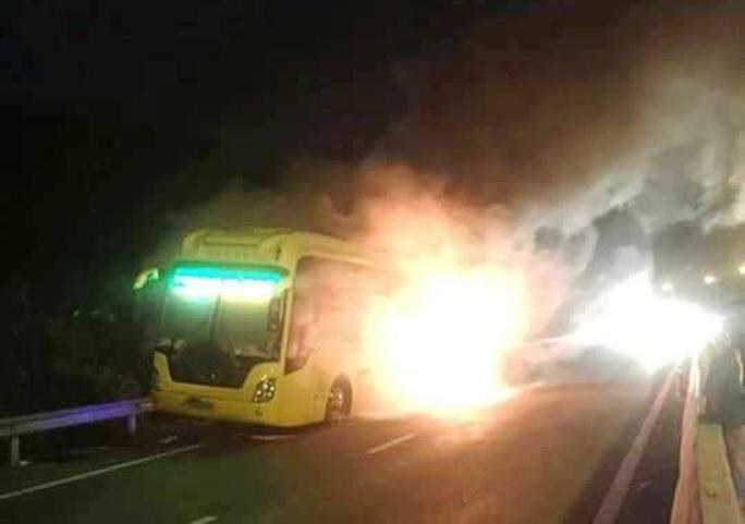 Cháy xe giường nằm dữ dội ở Nha Trang - Ảnh 1.
