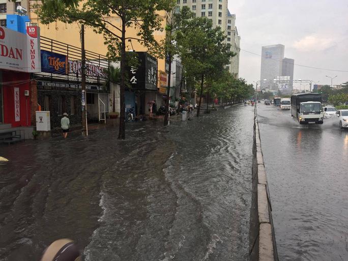 Mưa chưa đến 2 giờ, Sài Gòn đã ngập, kẹt xe khắp nơi - Ảnh 1.