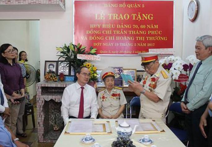 Bí thư Nguyễn Thiện Nhân trao huy hiệu Đảng cho đảng viên - Ảnh 2.
