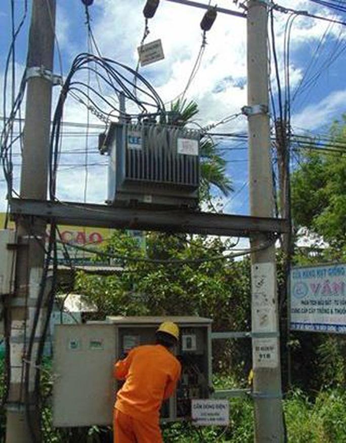 Liều mạng cắt dây điện ở trạm biến áp - Ảnh 2.