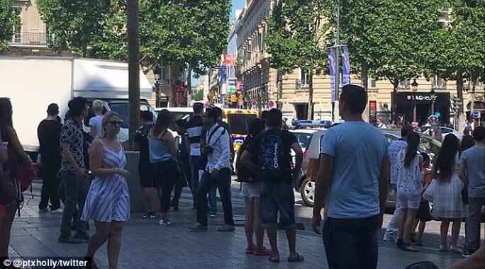 Pháp: Đại lộ Champs Elysees nháo nhào sơ tán - Ảnh 3.