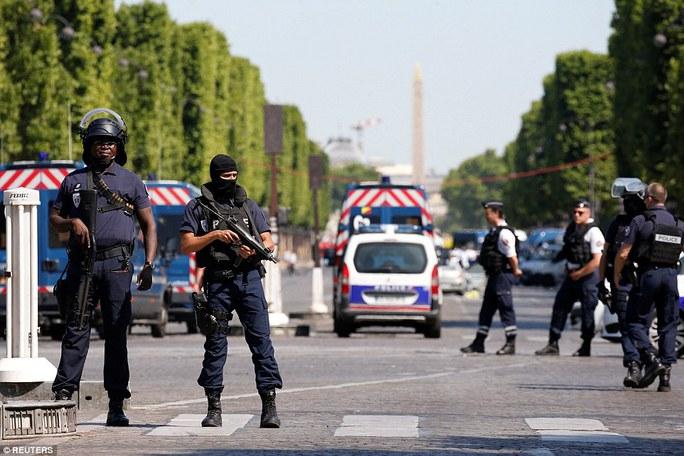 Pháp: Đại lộ Champs Elysees nháo nhào sơ tán - Ảnh 1.