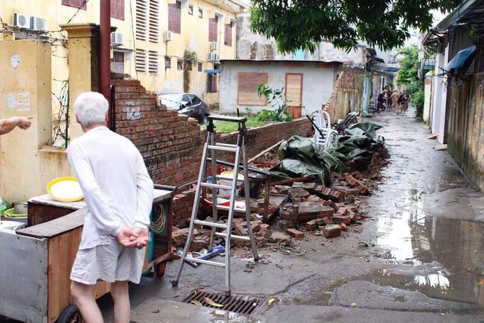 Bức tường nhà trường sập sau mưa đè chết bé trai - Ảnh 1.